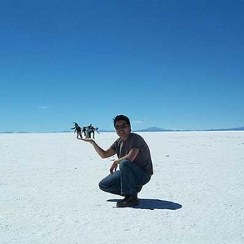 Playing with perspective. Salt Flats, Bolivia - Des