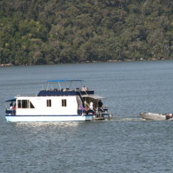 7985 Boys having fun on the river Hawkesbury River NSW Kate/Sydney